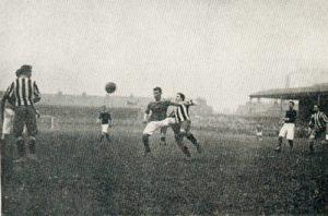 Bron: https://upload.wikimedia.org/wikipedia/commons/8/85/Woolwich_Arsenal_v._Newcastle_United,_April_1906.jpg